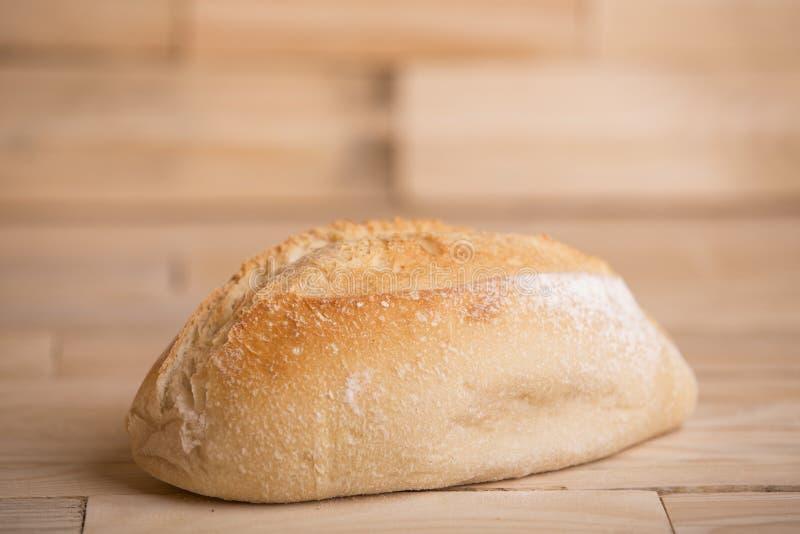 Brot auf Holztisch lizenzfreie stockfotografie