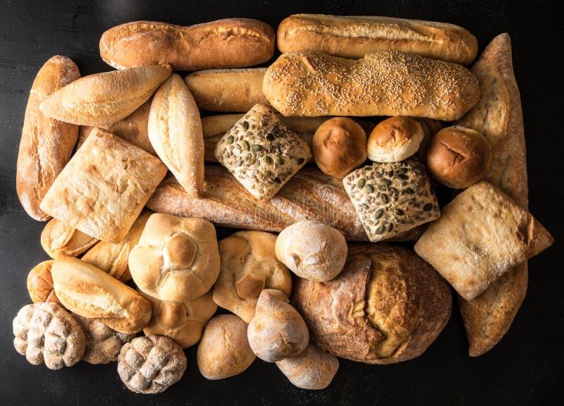 Brot auf schwarzem Hintergrund stockfotos