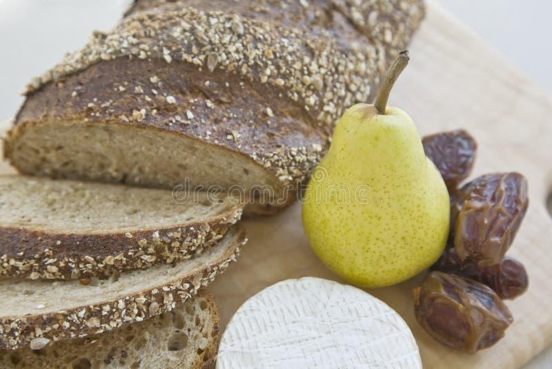 Brot, Birne, Daten und Käse stockfoto