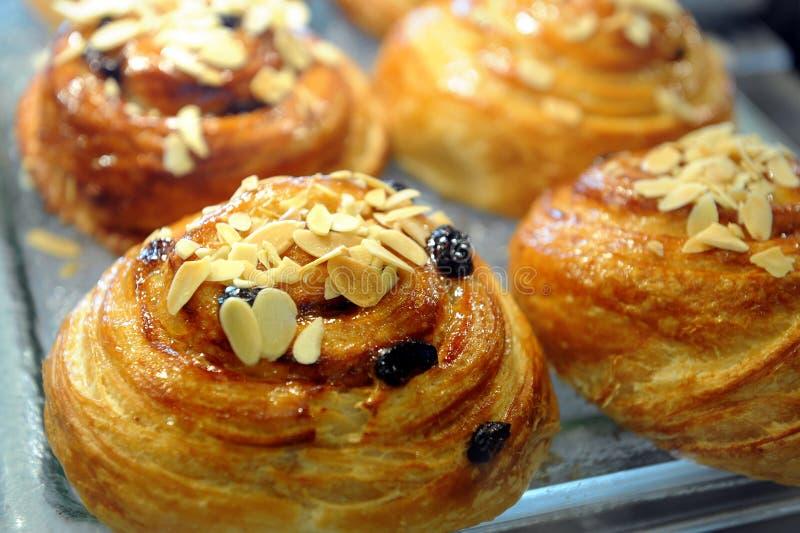 Brot-Brötchen mit Mandel-Scheibe-Spitze lizenzfreie stockbilder