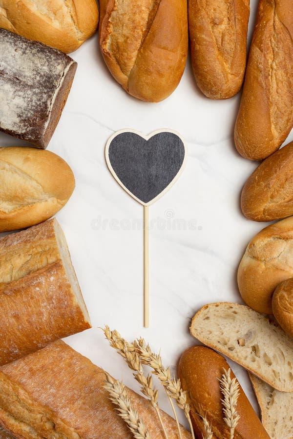 Brot an der Grenze auf weißem Hintergrund mit Herzen auf Mitte stockbild