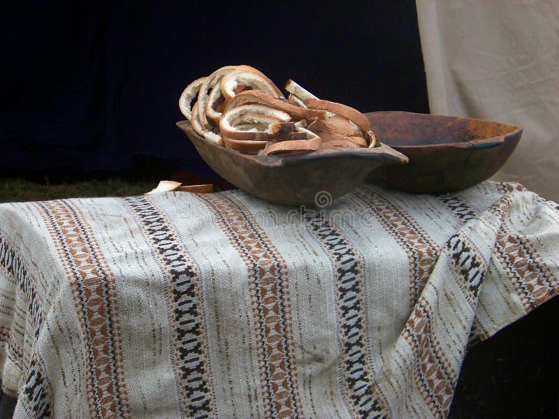 Brot in einem hölzernen Teller stockbild