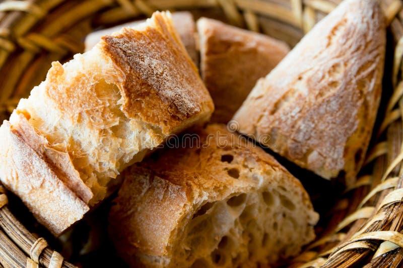 Brot im Korb lizenzfreie stockfotografie