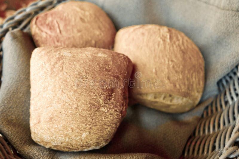 Brot im Korb lizenzfreie stockbilder