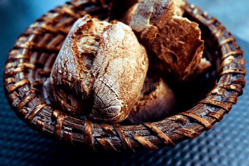 Brot im Korb lizenzfreies stockfoto