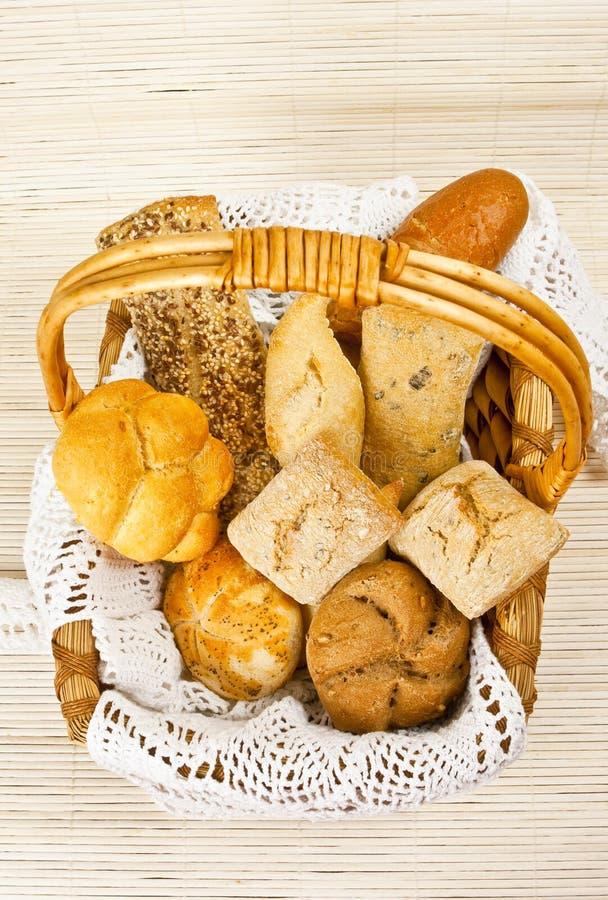 Brot im Strohkorb lizenzfreies stockfoto