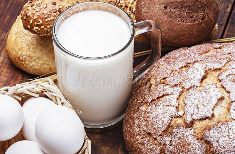 Brot, Milch, Mehl und Eier lizenzfreies stockfoto