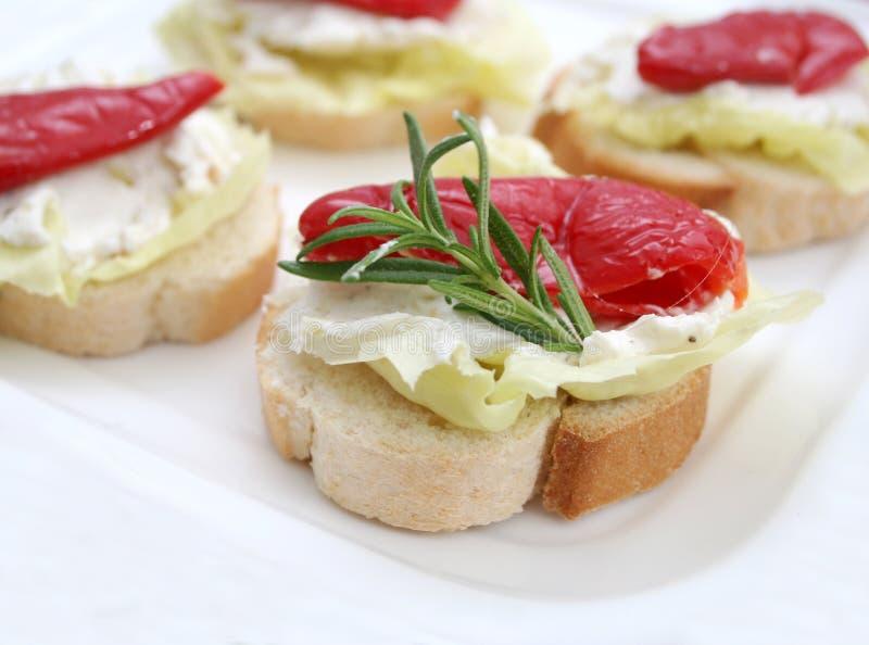 Brot mit Antipasti stockfoto