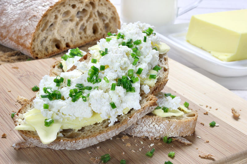 Brot mit Butter und Hüttenkäse stockbild