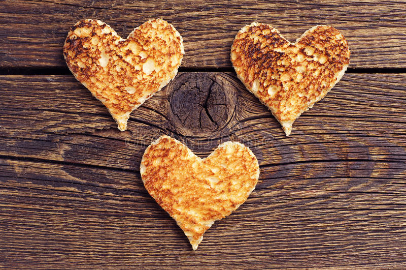 Brot mit drei Toast in Form der Herzen stockfotografie