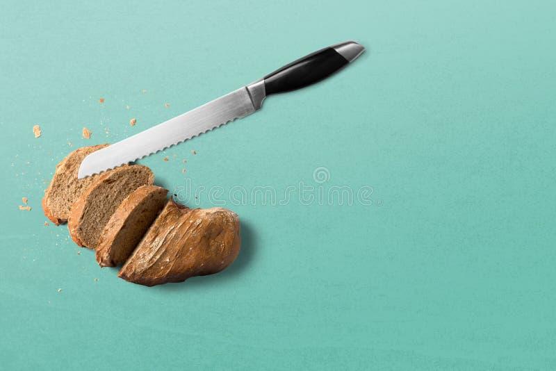 Brot mit Messer auf hölzernem Hintergrund auf Wei? lizenzfreie stockbilder