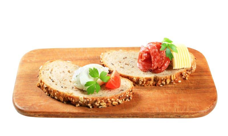 Brot mit Schmelzkäse und Salami lizenzfreie stockfotografie