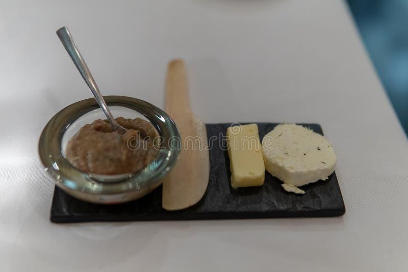 Brot-Servierplatte mit Käse-Zusammenstellung lizenzfreie stockfotos