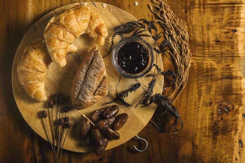 Brot, Stau, Dattelpalme und Weizen auf hölzernem stockfoto