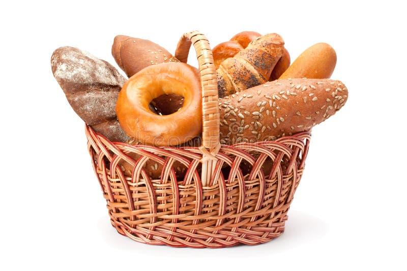Brot- und B?ckereiprodukte in einem Weidenkorb lizenzfreie stockfotografie