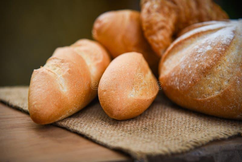 Brot- und Brötchenzusammenstellung/verschiedene Arten des frischen Bäckereibrotes auf Sack in der selbst gemachten Frühstücksnahr stockbild