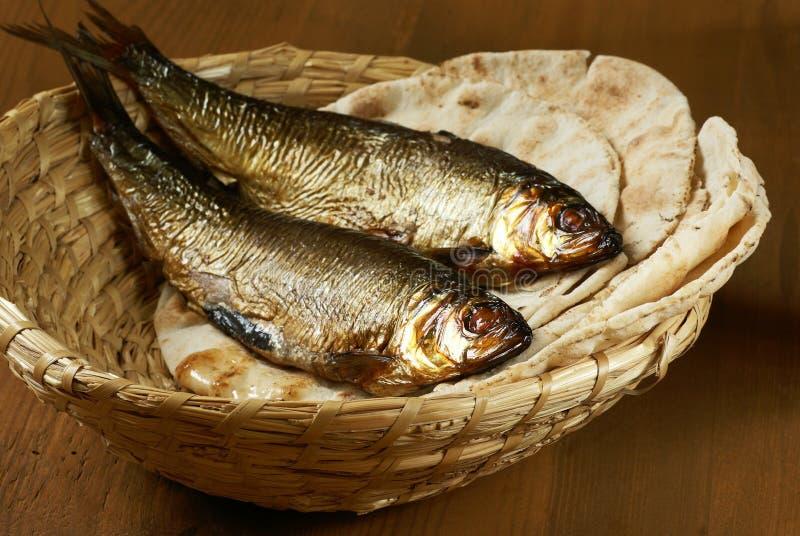 Brot und Fische lizenzfreie stockfotografie