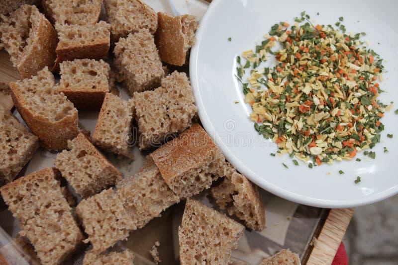 Brot und Gewürze Stücke gesundes Roggenbrot und -gewürze für das Schmelzen feinschmecker lizenzfreie stockbilder