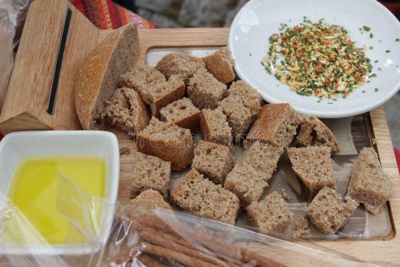 Brot und Gewürze Stücke gesundes Roggenbrot und -gewürze für das Schmelzen feinschmecker stockbild