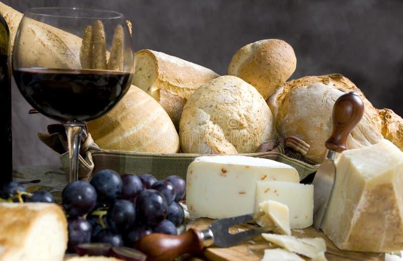 Brot und Käse mit einem Glas Wein 3 lizenzfreie stockfotografie
