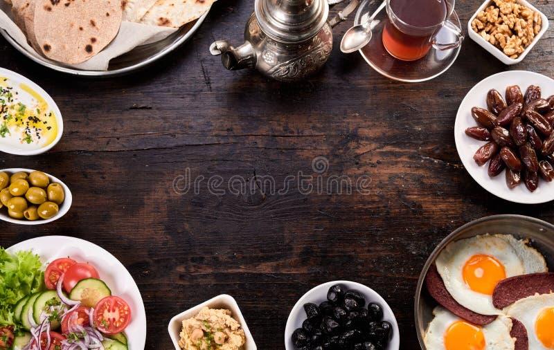 Brot und pide Naan mit Olivensalat und orientalischem Tee lizenzfreies stockbild