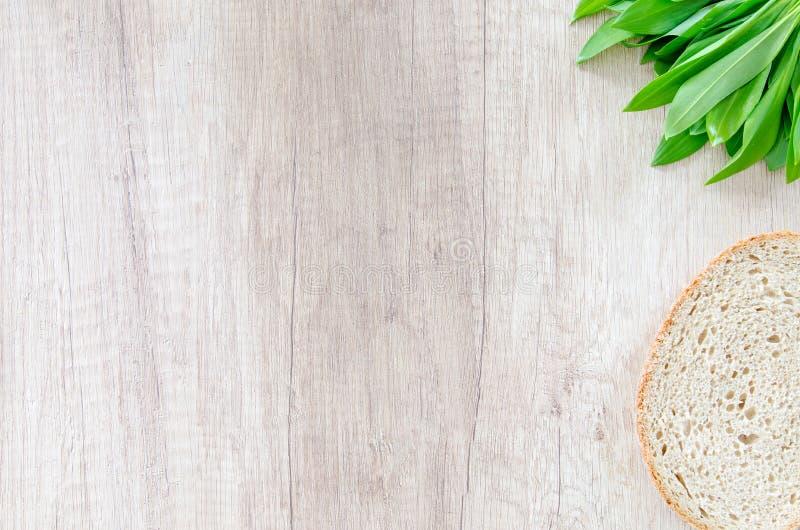 Brot Und Porree Auf Holzoberfläche Kostenlose Öffentliche Domain Cc0 Bild