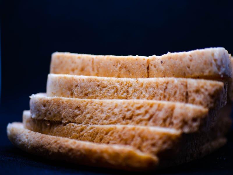 Brot und schwarzer Hintergrund lizenzfreie stockbilder
