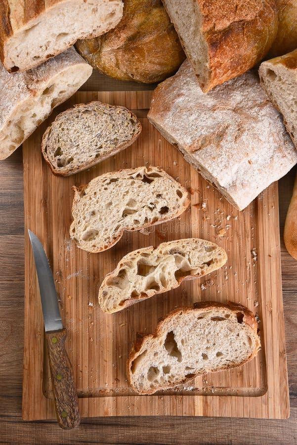 Brot-Vielzahl auf Schneidebrett lizenzfreies stockbild