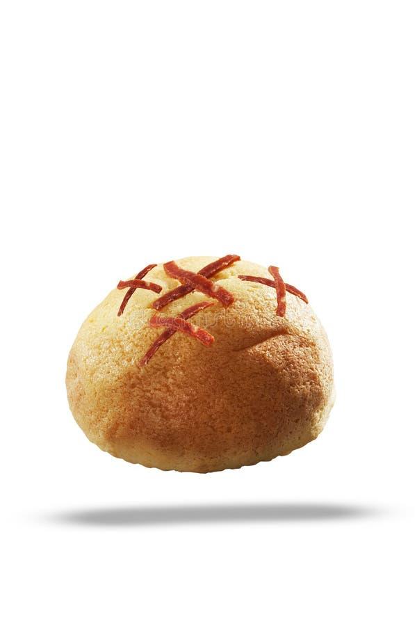 Brotbrötchen machten vom Brotteig mit dem geräucherten Rindfleisch, das auf die Oberseite geschnitten wurde Lokalisierter wei?er  stockfotografie