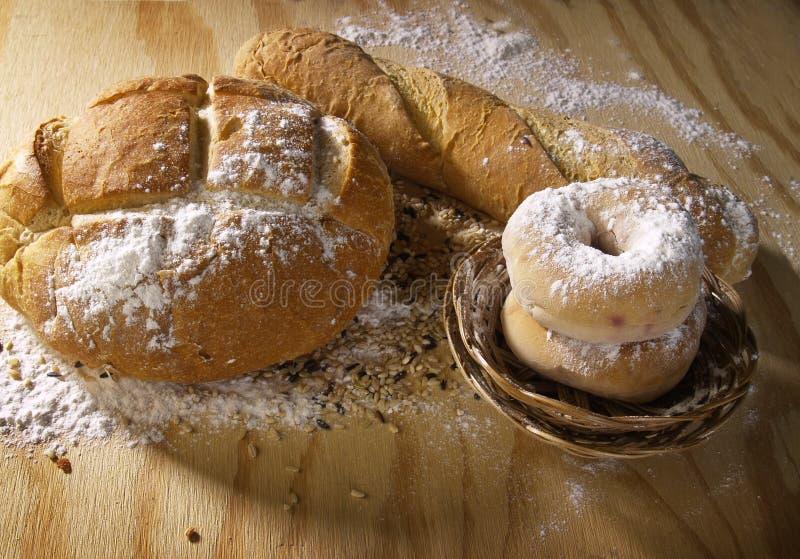 Brote auf Ausschnittvorstand stockfoto