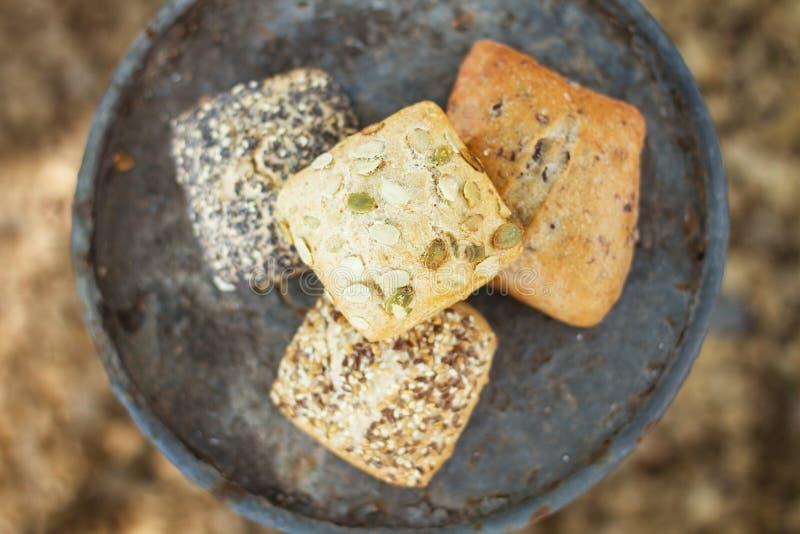 Brote auf einer rustikalen Platte stockbilder