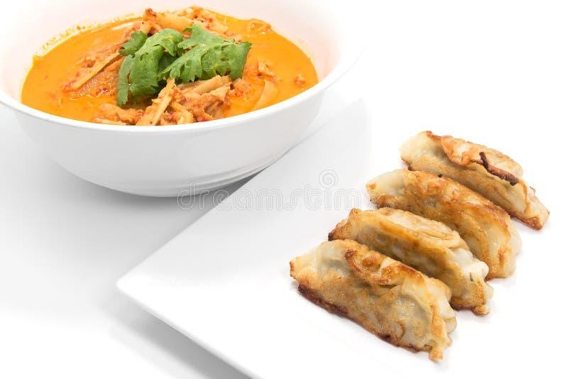 Brote de bambú picante del curry rojo y bolas de masa hervida fritas con cerdo en wh imagen de archivo