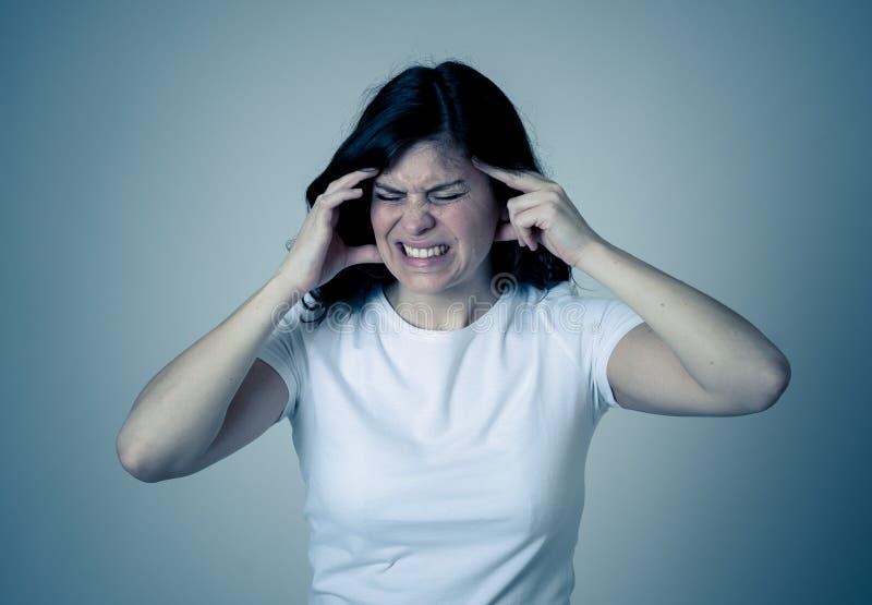 Brote de coronavirus Mujer enferma preocupada en aislamiento foto de archivo