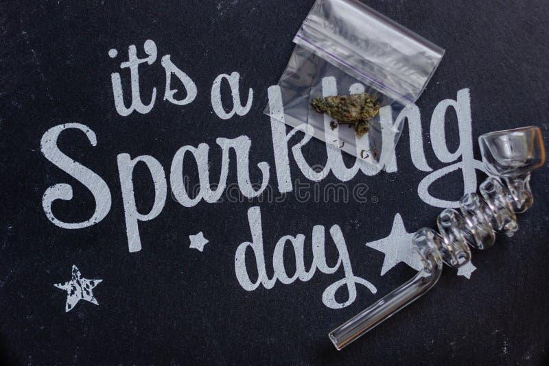 Brote de la marijuana y tubo que fuma de cristal fotos de archivo libres de regalías