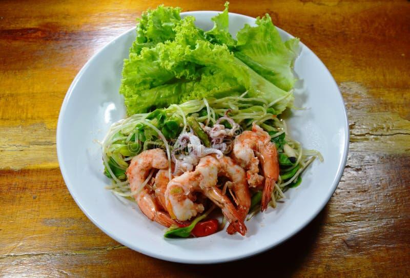 Brote del girasol con la ensalada picante del camarón y del calamar en plato foto de archivo libre de regalías