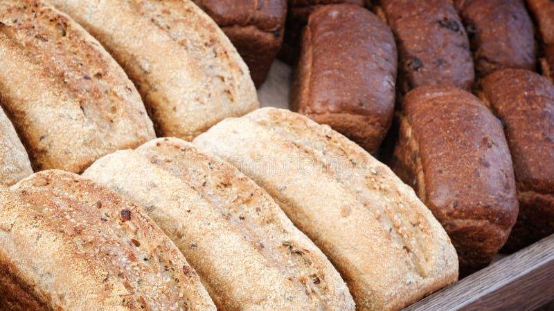 Brote im Regal in der Bäckerei lizenzfreie stockfotografie