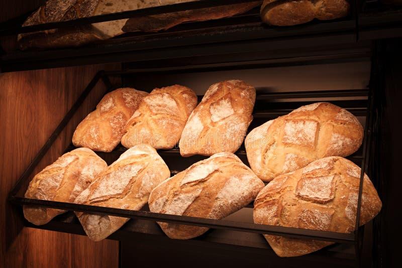 Brote im Regal in der Bäckerei stockfoto