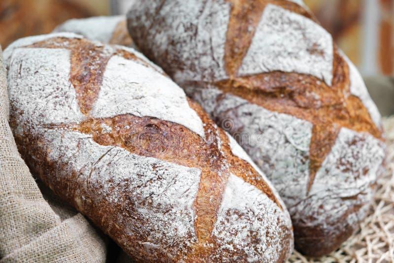 Brote im Regal in der Bäckerei stockbild