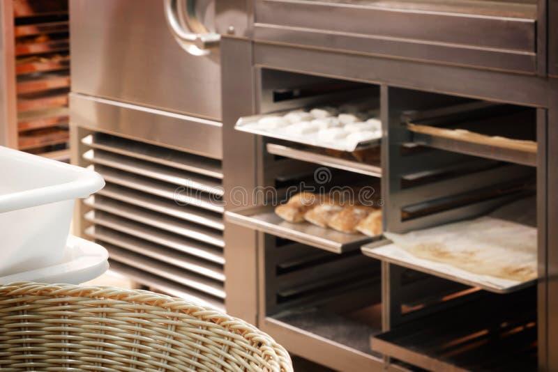 Brote im Regal in der Bäckerei lizenzfreies stockbild