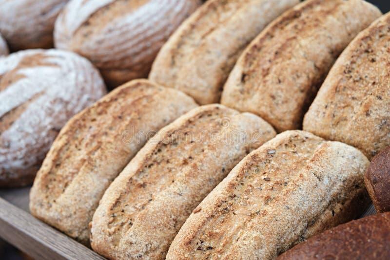 Brote im Regal in der Bäckerei stockfotografie