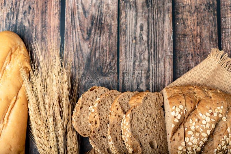 Brote schnitten und Weizen auf dem Sack stockfotografie