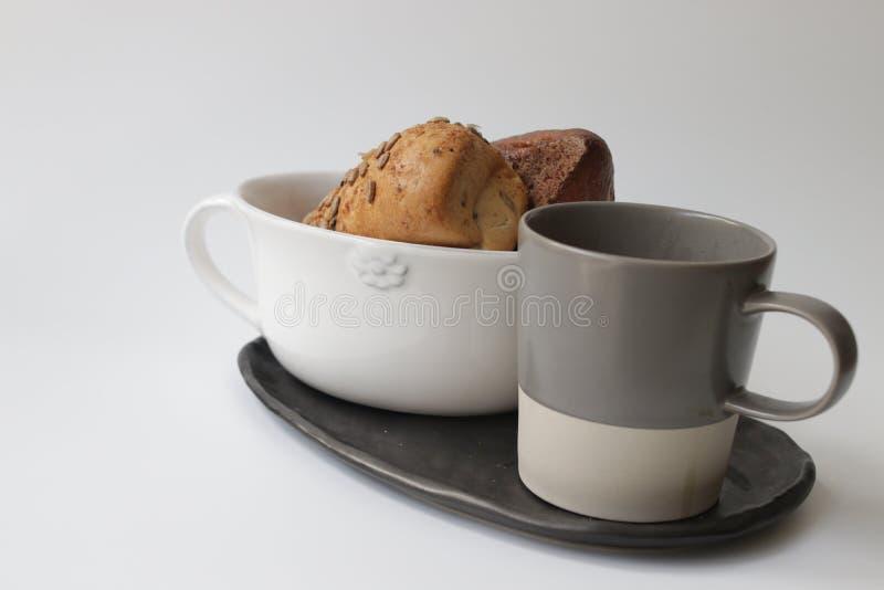 Brote und heißer Kaffee lizenzfreie stockbilder