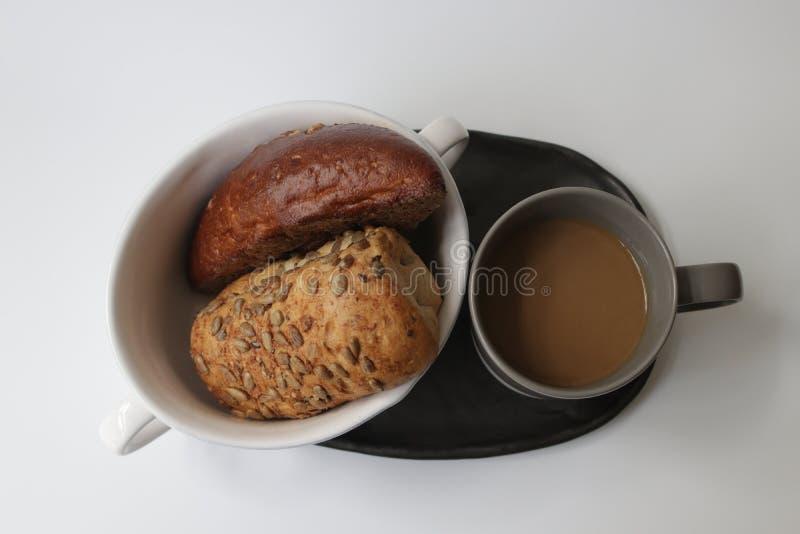 Brote und heißer Kaffee lizenzfreies stockfoto