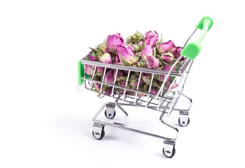 Brotes color de rosa secados en carro de la compra fotografía de archivo