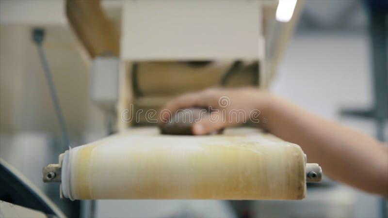 Brotfertigungsstra?e szene Lebensmittelfabrik-F?rderband Panieren Sie Laib auf Herstellungslinie in Nahrungspflanze Laib des Brot lizenzfreie stockfotografie