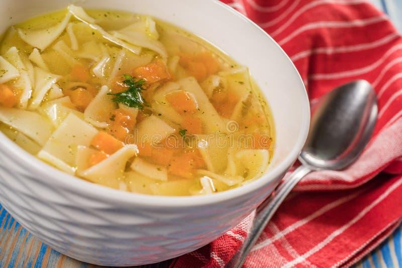 Broth - sopa de galinha numa tigela imagens de stock royalty free