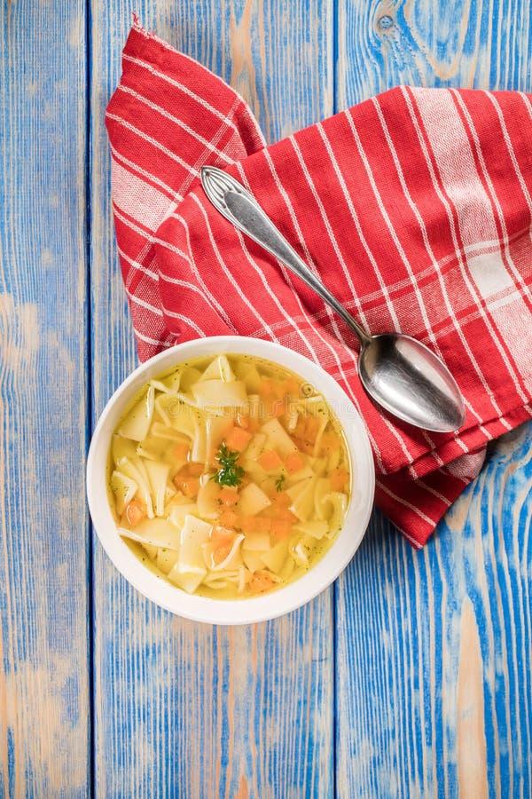 Broth - sopa de galinha numa tigela fotos de stock royalty free