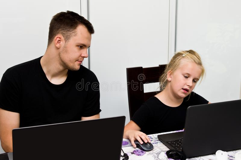 Brother y hermana así como los ordenadores portátiles imagenes de archivo
