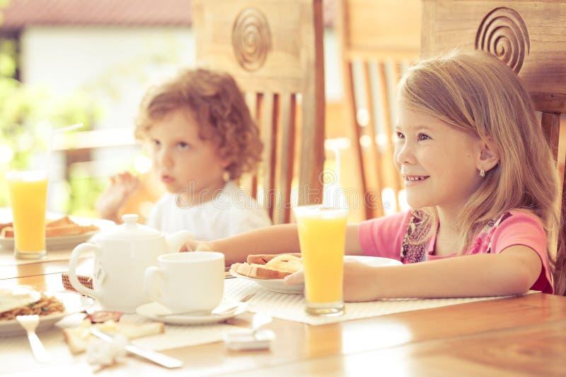Brother y hermana en el desayuno imagen de archivo libre de regalías