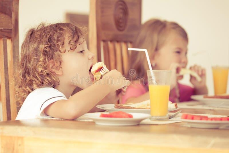 Brother y hermana en el desayuno imagenes de archivo